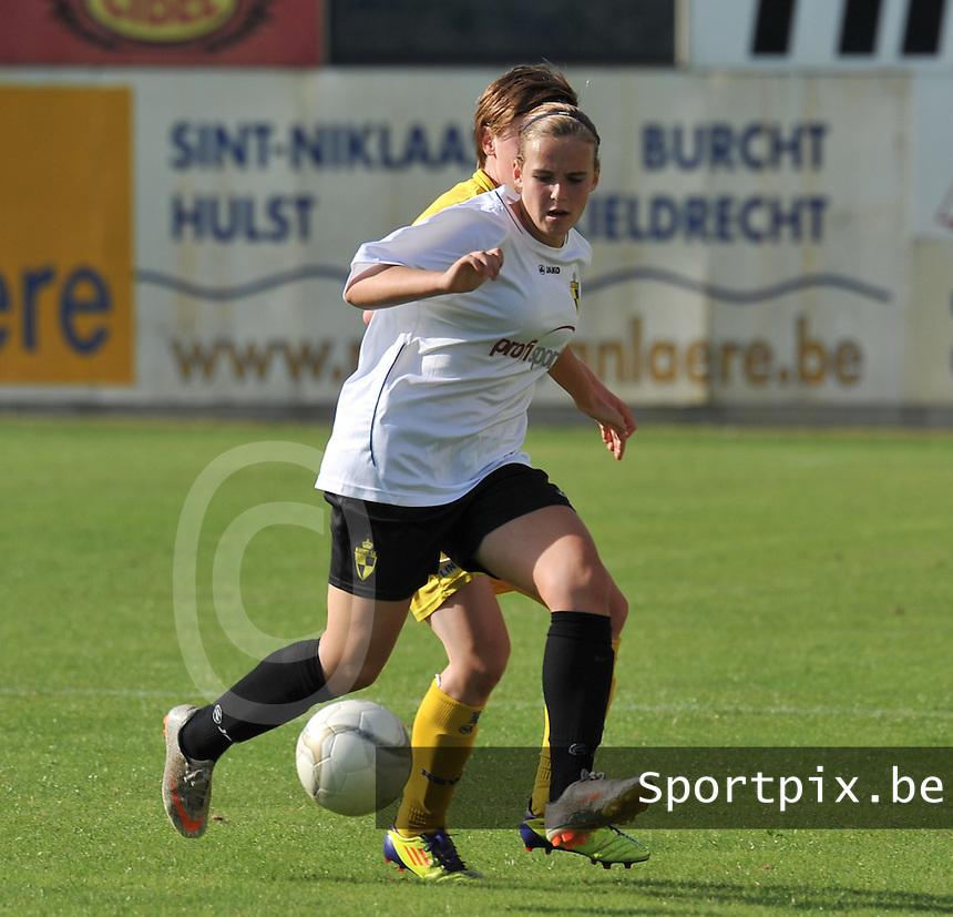 WB Sinaai Girls - WD Lierse SK B : Jana Janssens aan de bal.foto Joke Vuylsteke / Vrouwenteam.be