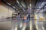 BREUKELEN - In de produktiehal van Delft Infra Composites in Breukelen, wordt gewerkt aan het polijsten van de stalen mallen voor de composiet randbekleding van Ecoduct N350 in Wierden/Rijsen. Het in opdracht van de provincie Overijssel door Royal HaskoningDHV en Mecanoo ontworpen ecoduct is onderdeel van een groot infrastructureel project waarbij de provincie de doorstroming, verkeersveiligheid en leefbaarheid op en rond de N350 verbetert ondermeer door de bouw van een tunnel bij de Sluizendijk, en deze wildbrug bij de Zeggertweg. COPYRIGHT TON BORSBOOM.