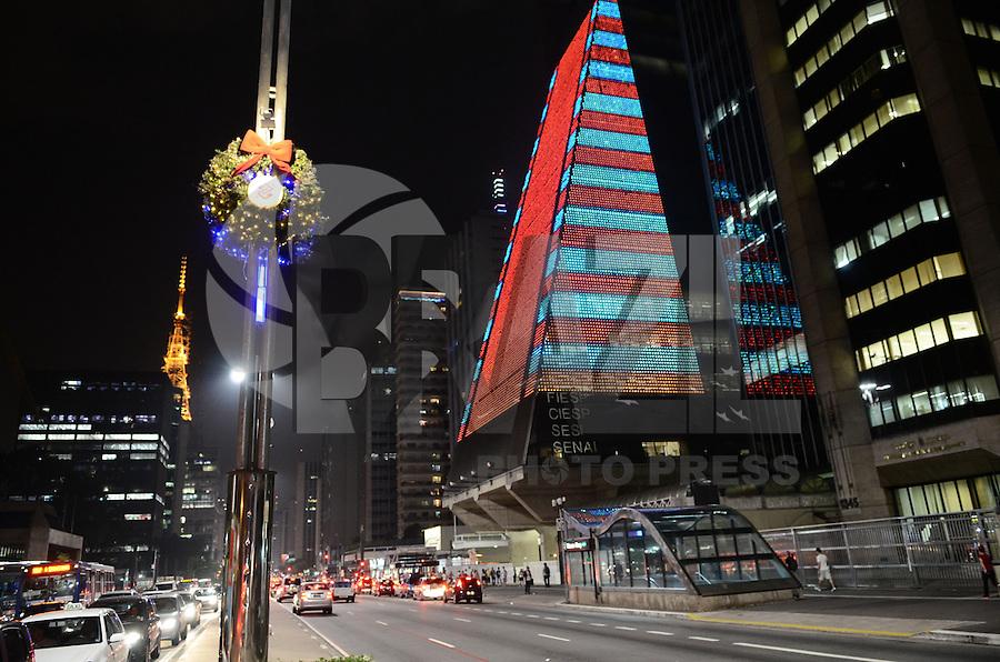 ATENCAO EDITOR: FOTO EMBARGADA PARA VEICULOS INTERNACIONAIS. SAO PAULO, SP, 05 DE DEZEMBRO DE 2012 - Decoracao de Natal do predio da FIESP, na VAneida Paulista, na noite desta quarta feira, 05, regiao central da capital . FOTO: ALEXANDRE MOREIRA - BRAZIL PHOTO PRESS.