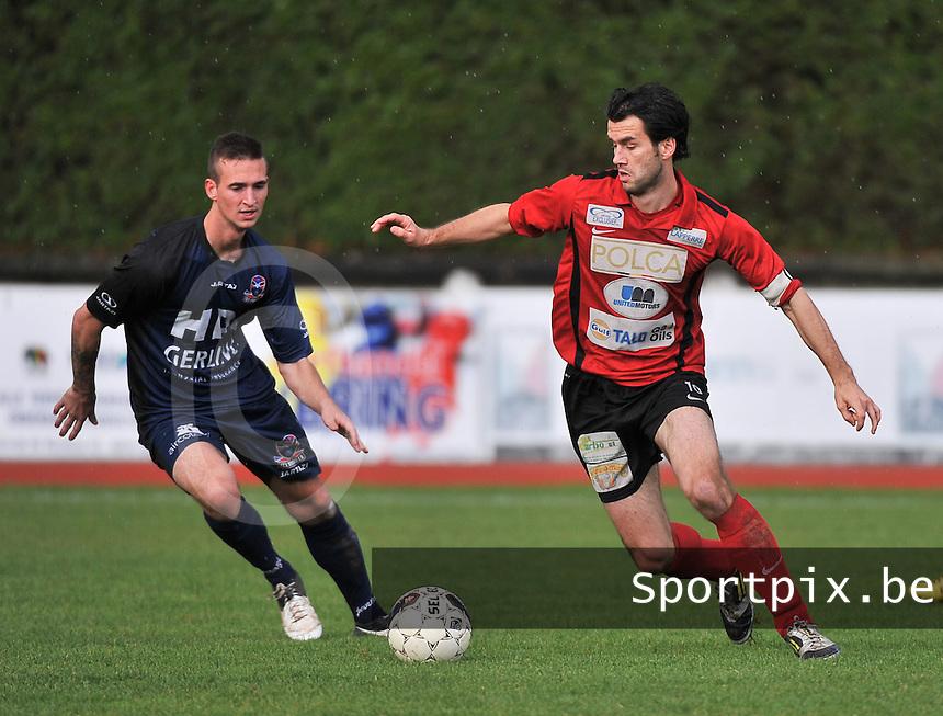 KFC Izegem - FC Dender  : Tom Coghe aan de bal voor Lee Colin (links)<br /> foto VDB / Bart Vandenbroucke
