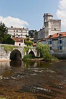 Europe/France/Aquitaine/24/Dordogne/Bourdeilles: les bors de la Dronne, le pont médiéval, le village et  le  Château<br />  Le Château  de Bourdeilles qui réunit en réalité deux châteaux:  le château de Bourdeilles, médiéval XIIIe siècle, et le  le Château dit Pavillon Renaissance, XVe siècle,