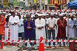 KUALA LUMPUR.MALAYSIA.NEWS.<br /> Rezos de los musulmanes en la City , a 15/10/2013.<br /> En la imagen :<br /> Rezos en la calle.