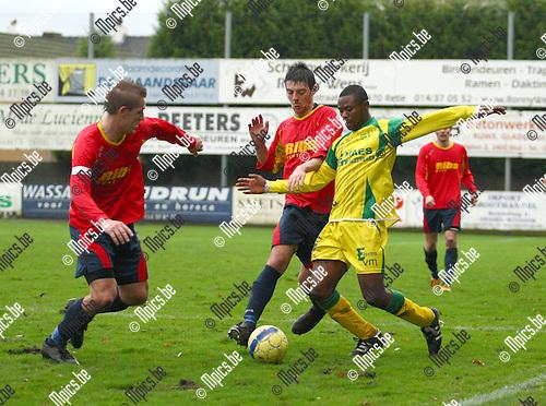 2010-11-14 / Voetbal / KFC Witgoor Sport - KFC St-Lenaarts / Bula Bula Alafu met Joris Jaspers (l.) en Laurens Van Damme (midden)van St-Lenaarts op de hielen.