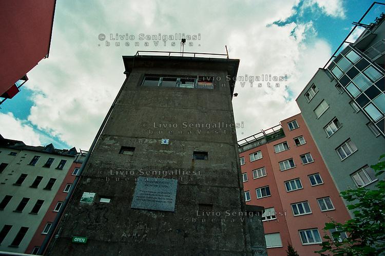 BERLINO / GERMANIA - 2004.QUARTIERE WEDDING. UNA VECCHIA TORRE DI CONTROLLO, CIRCONDATA DA NUOVE CASE, E' DIVENTATA UN MUSEO. IL GESTORE, L'ANZIANO JURGEN LITFIN, E' IL FRATELLO DI GUNTHER, IL PRIMO TEDESCO DELL'EST UCCISO DALLE GUARDIE DI CONFINE DELLA DDR NEL TENTATIVO DI FUGGIRE A BERLINO OVEST..FOTO LIVIO SENIGALLIESI..BERLIN / GERMANY - 2004.WATCH TOWER IN DISTRICT WEDDING (FORMER EAST BERLIN). NOW IT'S A MUSEUM RUN BY MR.JURGEN LITFIN, WHOSE BROTHER WAS THE FIRST PERSON TO BE SHOT TRYING TO ESCAPE FROM EAST BERLIN IN 1961..PHOTO BY LIVIO SENIGALLIESI