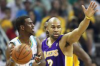NWO03. NUEVA ORLEANS (EEUU), 24/04/2011.- El jugador de los Hornet de New Orleans Chris Paul (i) trata de evadir a Derek Fisher (d) de los Lakers de Los Ángeles hoy, domingo 24 de abril de 2011, en un partido de la NBA disputado en el New Orleans Arena en New Orleans (EEUU). EFE/DAN ANDERSON CORBIS OUT