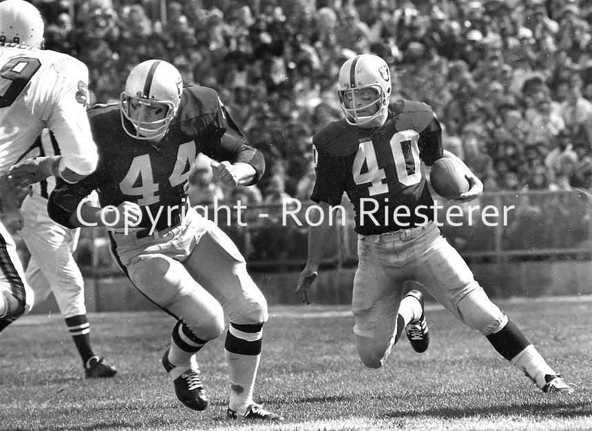 Oakland Raiders Pete Banazak running behind the block of fullback Marv Hubbard. (1971 photo/Ron Riesterer)