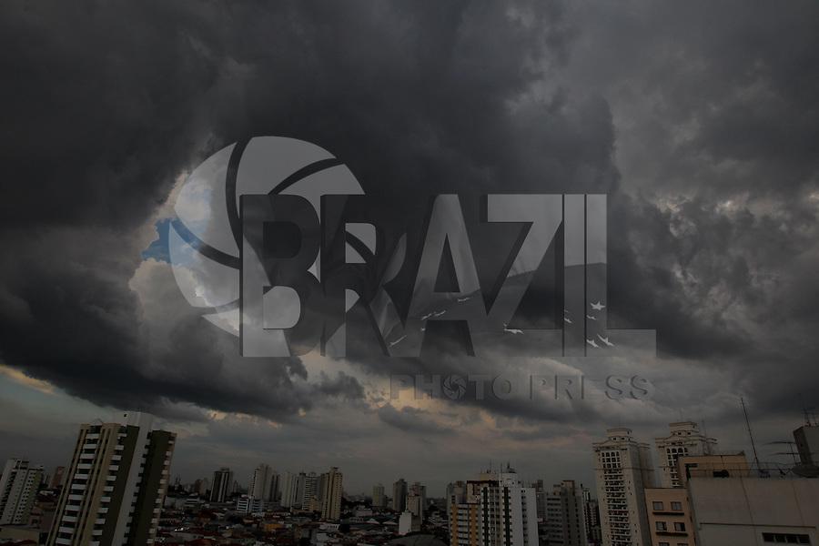 SÃO PAULO, SP, 16/02/2013, NUVENS CARREGADAS. Nuvens carregadas no bairro da Mooca na regiao leste de São Paulo, no final de tarde do ultimo Sabado do horario de verão. Hoje os relogios devem ser atrasados em uma hora a Eeia noite. FOTO: LUIZ GUARNIERI / BRAZIL PHOTO PRESS