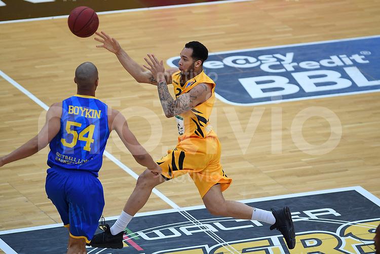 Basketball  1. Bundesliga  2016/2017  Hauptrunde  33. Spieltag  29.04.2017 Walter Tigers Tuebingen - Basketball Loewen Braunschweig Davion Berry (re, Tigers) gegen Jamal Boykin (li, Braunschweig)