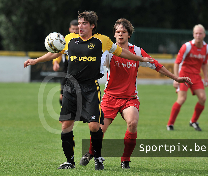 Voorwaarts Zwevezele : Jurgen Houttekier aan de bal voor zijn tegenstander Mathias Onraet van Moorsele.foto VDB / BART VANDENBROUCKE