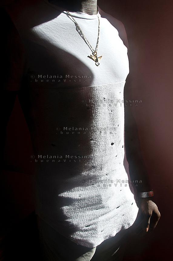 &quot;Casa dei Mirti&quot; a Palermo, comunit&agrave; alloggio per minori migranti non accomapagnati, D. viene dal Mali il suo ciondolo a forma di aquila, il simbolo dell'aquila continua a ritrovarlo anche la citt&agrave; di Palermo che l'accoglie ha l'aquila come simbolo.<br /> <br /> Palermo:&quot;Casa dei Mirti&quot; community for unaccompanied foreign minors,  D. fom Mali with his &quot;eagle&quot; pendant, he says the symbol of the eagle is recurring in his life, also Palermo that hosts him has the eagle as symbol.