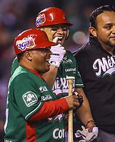 Joey Meneses de los Tomateros de Culiacan de Mexico señala un cimmilli luego de recibir una base por golpe, durante el  juego de béisbol de la Serie del Caribe contra Criollos de Caguas de Puerto Rico en Guadalajara, México,  viernes 2 feb 2018. (Foto AP / Luis Gutierrez)