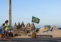 RIO DE JANEIRO, 29.06.2013 - CLIMA TEMPO / RIO DE JANEIRO - Movimentação na Praia de Copacabana na cidade do Rio de Janeiro, neste sábado, 29. (Foto: William Volcov / Brazil Photo Press).