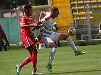 BOGOTA -COLOMBIA, 09-07-2016. Almir Soto (Izq) jugador de Fortaleza  disputa el balón con Luis Paez (Der) de Rionegro Águilas  durante encuentro  por la fecha 2 de la Liga Aguila II 2016 disputado en el estadio Metropolitano de Techo./ Almir Soto (L) player of Fortaleza  fights for the ball with Rionegro Aguilas Luis Paez (R) player of Santa Fe  during match for the date 2 of the Aguila League II 2016 played at Nemesio Camacho El Campin stadium . Photo:VizzorImage / Felipe Caicedo  / Staff