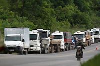 CURITIBA, PR, 09.11.2015 - GREVE-CAMINHONEIROS - Caminhoneiros em greve realizam paralização na tarde desta segunda-feira (9), no quilômetro 21 da Rodovia dos Minérios, em Almirante Tamandaré (PR), região metropolitana de Curitiba. A rodovia dos Minérios, que liga Curitiba a Rio Branco do Sul (PR), onde o trânsito de caminhões está impedido de passar.(Foto: Paulo Lisboa / Brazil Photo Press)