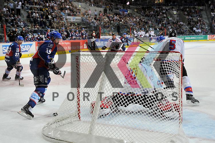 Mannheim 28.09.12, DEL, Adler Mannheim - Nuernberg Ice Tigers, 2:1 von Mannheims Cristoph Ullmann (Nr.47) verdeckt durch Nuernbergs Rob Leask (Nr.5) im Tor Nuernbergs Tyler Weiman (Nr.30) und links Mannheims Ken Magowan (Nr.19) <br /> <br /> Foto &copy; Ice-Hockey-Picture-24 *** Foto ist honorarpflichtig! *** Auf Anfrage in hoeherer Qualitaet/Aufloesung. Belegexemplar erbeten. Veroeffentlichung ausschliesslich fuer journalistisch-publizistische Zwecke. For editorial use only.
