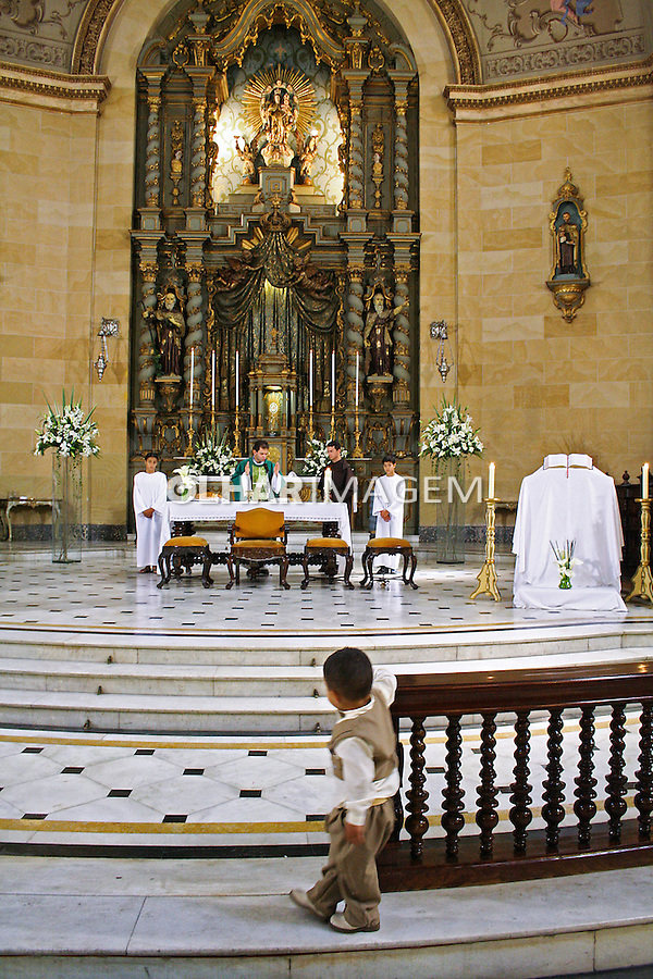 Criança assiste missa catolica na Basilica de Nossa Senhora do Carmo, no bairro da Bela Vista. São Paulo. 2009. Foto de Alf Ribeiro.