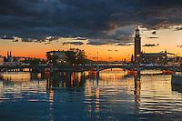 Stadshuset spegling i skymningen på Stockholms ström