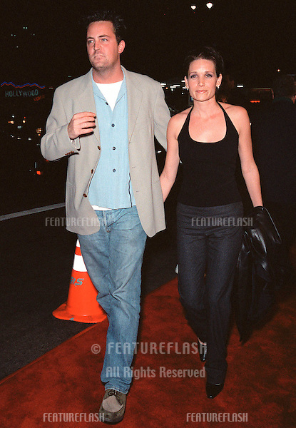 """13OCT99:  """"Friends"""" star MATTHEW PERRY & girlfriend RENE ASHTON at the Los Angeles premiere of """"The Story of Us"""" which stars Bruce Willis & Michelle Pfeiffer..© Paul Smith / Featureflash"""