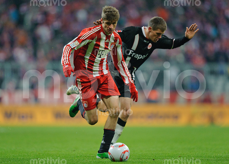 Fussball Bundesliga Saison 2010/2011 FC Bayern Muenchen - Eintracht Frankfurt V.l: Thomas MUELLER (FC Bayern) gegen Sebastian JUNG (Frankfurt).