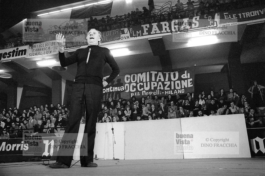 - show of  Dario Fo actor in support to the workers of the factories in strike (Milan, 1975)....- spettacolo dell'attore Dario Fo in sostegno agli operai delle fabbriche in lotta  (Milano, 1975)