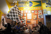 S&Atilde;O PAULO,SP,27 JUNHO 2012 - BOCA JUNIORS x CORINTHIANS TORCIDA<br /> Torcedores do Corinthians aguarda  para assistir ao jogo entre Boca Juniors x Corinthians no bar Moocaires na Mooca zona leste.FOTO ALE VIANNA/BRAZIL PHOTO PRESS