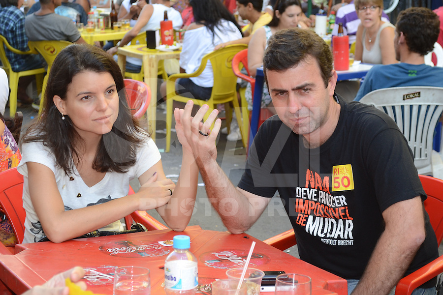 RIO DE JANEIRO, RJ, 04 AGOSTO 2012 -ELEICOES 2012-MARCELO FREIXO - O candidato a Prefeitura do Rio de Janeiro pelo PSOL, Marcelo Freixo, almoca com esposa e militantes na feira da rua do Lavradio antes do encontro com os eleitores, neste sabado, 04 de agosto, no centro do Rio.(FOTO: MARCELO FONSECA / BRAZIL PHOTO PRESS).