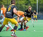 BLOEMENDAAL -  Noud Schoenaker (Den Bosch) met Manu Stockbroekx (Bldaal)   tijdens de hoofdklasse competitiewedstrijd hockey heren,  Bloemendaal-Den Bosch (2-1).    COPYRIGHT KOEN SUYK