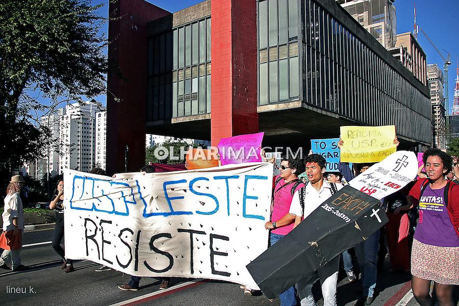 Manifestação dos estudantes da Escola de Artes e Ciências e Humanidades da USP. Avenida Paulista. Sao Paulo. 2014. Foto de Lineu Kohatsu.