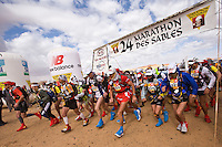 The Marathon des Sables is a 6-day endurance race of 243 km equivalant to 5 1/2 marathons. It plays out in the Sahara Desert, southern Morocco, up and down sand dunes, along dried lakes and riverbeds, past ruins, always under the baking sun. Competitors at the Marathon des Sables expierence mid-day temperatures of up to 120°F. They are running or walking on even rocky, stony ground as well as 15-20% of the distance being in sand dunes. In addition to that, competitors have to carry everything they will need for the duration of the race on their backs in a rucksack. Water is rationed and handed out at each checkpoint. It is the hardest footrace on earth...Der Marathon des Sables in der marrokanischen Sahara gilt als der wohl härteste und bekannteste Wüstelauf der Welt. Ein Ultralauf über 243 Kilometer, der in 6 Etappen zwischen 27 und 82 Kilometer in 7 Tagen gelaufen wird. Die längste Etappe geht bis spät in die Nacht hinein. Die Läufer tragen ihre Ausrüstung und Verpflegung für das ganze Rennen im Rucksack. Lediglich Wasser (9 Liter pro Tag) gibt es an den Checkpoints. Die Teilnehmer laufen über Sanddünen, steiniges Gelände und steile Berganstiege. Die Hitze kann bis zu 50 Grad Celsius betragen. ,Salahmeh al Aqra, Jordanien, ,Anton Vencelj, SLO ,Aurelio Antonio Olivar Roldan, ESP