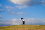 Europa, DEU, Deutschland, Nordrhein Westfalen, NRW, Rheinland, Niederrhein, Neukirchen-Vlyn, Halde Norddeutschland, Frau und Kind lassen Drachen steigen. Herbst, Himmel, Wolken, Kategorien und Themen, Natur, Umwelt, Landschaft, Jahreszeiten, Wetter, Himmel, Wolken, Wolkenkunde, Wetterbeobachtung, Wetterelemente, Wetterlage, Wetterkunde, Witterung, Witterungsbedingungen, Wettererscheinungen, Meteorologie, Bauernregeln, Wettervorhersage, Wolkenfotografie, Wetterphaenomene, Wolkenklassifikation, Wolkenbilder, Wolkenfoto....[Fuer die Nutzung gelten die jeweils gueltigen Allgemeinen Liefer-und Geschaeftsbedingungen. Nutzung nur gegen Verwendungsmeldung und Nachweis. Download der AGB unter http://www.image-box.com oder werden auf Anfrage zugesendet. Freigabe ist vorher erforderlich. Jede Nutzung des Fotos ist honorarpflichtig gemaess derzeit gueltiger MFM Liste - Kontakt, Uwe Schmid-Fotografie, Duisburg, Tel. (+49).2065.677997, ..archiv@image-box.com, www.image-box.com]