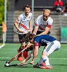 AMSTELVEEN  -  Billy Bakker (Adam) met Jannis van Hattum (Pinoke) Hoofdklasse hockey dames ,competitie, heren, Amsterdam-Pinoke (3-2)  .   COPYRIGHT KOEN SUYK