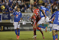 TUNJA -COLOMBIA, 04-10-2014.  Jhon Cano (C) jugador de Patriotas FC cabecea el balón con Gabriel Diaz (Der) jugador de Millonarios durante partido por la fecha 13 de la Liga Postobón II 2014 realizado en el estadio La Independencia de Tunja./   Jhon Cano (C) player of Patriotas FC fights the ball with Gabriel Diaz (R) player of Millonarios during match for the 13th date of Postobon  League II 2014 played at  La Independencia stadium in Tunja. Photo: VizzorImage/ Gabriel Aponte / Staff