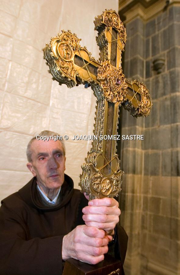 SANTO TORIBIO DE LIEBANA-POTES.Uno de los sacerdotes del Monasterio de Santo toribio de liebana,sostiene el LIGNUM CRUCIS, famosa reliquia que cuenta tiene uno de los pedazos mas grandes de la cruz,muy visitado por los peregrinos en el año Jubilar ,que es cada 4 años .foto JOAQUIN GOMEZ SASTRE