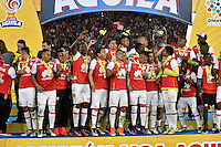 BOGOTA - COLOMBIA - 18-12-2016: The players of Independiente Santa Fe, celebrate as Champions of the Liga Aguila II -2016 at the Nemesio Camacho El Campin Stadium in Bogota city, Photo: VizzorImage / Luis Ramirez / Staff.