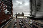 ROTTERDAM - In Rotterdam staat tussen de hoogste woontoren van Nederland, de 152 meter hoge Montevideo toren, en één van de hoogste kantoortorens van Nederland, het 124 meter hoge World Port Center (WPC), het kleine Hotel New York, ooit het startpunt van de Holland Amerika Lijn. Het voormalige, door architecten Muller en Droogleever Fortuin en Van der Tak ontworpen directiekantoor, heeft ruim zeventig hotelkamers, een restaurant en conferentiezalen en biedt uit prachtig gezicht op het scheepvaartverkeer op de Maas. COPYRIGHT TON BORSBOOM