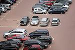 ROTTERDAM - Op de Kop van Zuid staan de parkeervakken vol auto's van bezoekers, zakenlui of dagjesmensen. De schaarste aan parkeerplaatsen maakt het parkeren van auto in de stad een kostbare gelegenheid en een lucratieve inkomstenbron voor gemeentes en projectontwikkelaars. Drukke parkeerplaatsen vragen meestal om beveiliging met camera's om inbraak en ruiten tikken te voorkomen. OPYRIGHT TON BORSBOOM