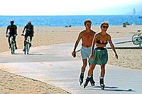 Patinação e ciclismo na praia de Santa Mônica, Los Angels, EUA. 1990. Foto de Juca Martins.