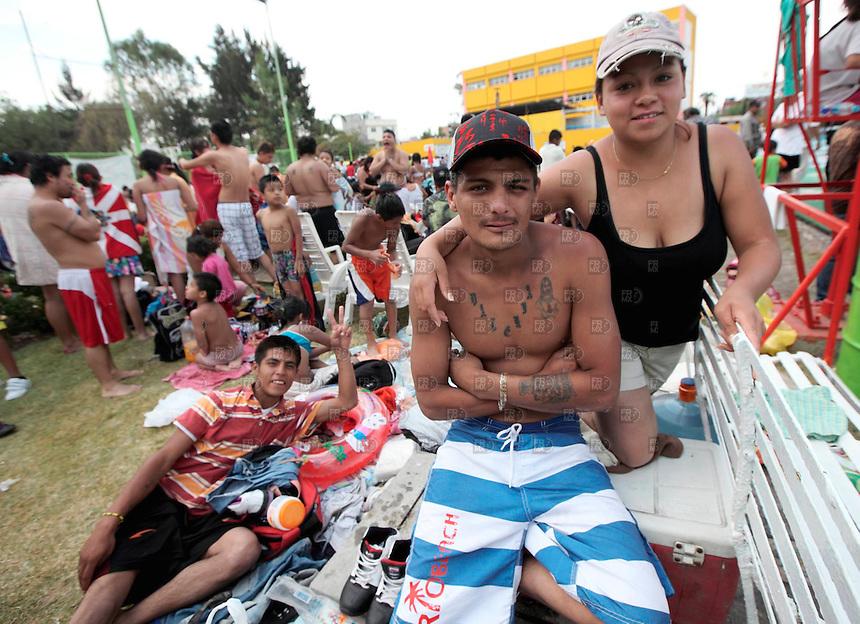 CIUDAD DE M&Eacute;XICO,  abril 7, 2012.  &ndash; Un padre junto a su hijo conviven durante,  el S&aacute;bado de Gloria, en el marco de la Semana Santa, en el Balneario Pantitl&aacute;n, Ciudad de M&eacute;xico, el 7 de abril de 2012. Foto:  ALEJANDRO MELENDEZ<br /> <br /> MEXICO CITY, April 7, 2012. - A Mexican family visit a public swimming pool during Holy Saturday, as part of Holy Week in the Spa Pantitl&aacute;n, Mexico City, on April 7, 2012. Photo: ALEJANDRO MELENDEZ