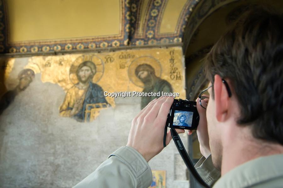 TURQUIA-ESTAMBUL.Un turista hace una foto al mosaico-panel bizantino que se encuentra en el interior de la basilica de Santa Sofia en Estambul..foto JOAQUIN GOMEZ SASTRE©
