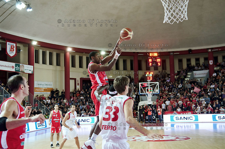 Teramo 15-01-2012 Campionato di Lega A1 Basket 2011/2012: TERAMO BASKET VS CIMBERIO VARESE. IN FOTO HURTT VARESE SU ACHILLE POLONARA TERAMO