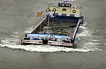 RIDDERKERK - Binnenvaartschip geladen met grond vaart op de rivier. .ANP PHOTO COPYRIGHT TON BORSBOOM