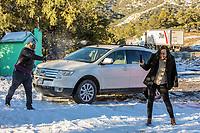 playing with snowballs, throwing snowballs, jugando con bolas de nieve, lazando bolas de nieve ,, snow landscapes with clear sky. Winter in Cananea, Sonora, Mexico. Snow on the La Mariquita and Sierra Elenita mountains. 2020. (Photo by: GerardoLopez / NortePhoto.com).....<br /> <br /> paisajes de la nieve con cielo despejado. Invierno en Cananea, Sonora, Mexico.  Nieve en la siera la Mariquita y sierra Elenita . 2020. (Photo by: GerardoLopez/NortePhoto.com )