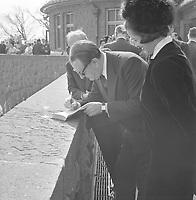 Réception en l'honneur d'André Malraux au restaurant Hélène-de-Champlain de l'île Sainte-Hélène, 14 juillet 1963<br /> <br /> On y voit Malraux signant un livre pour une admiratrice.