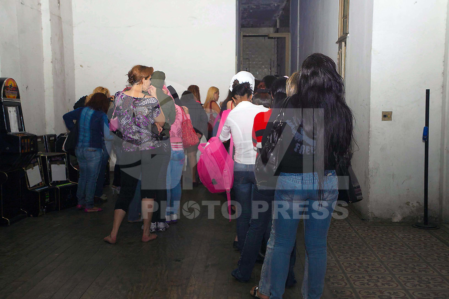SÃO PAULO, 30 DE MARÇO DE 2011 - POLICIAL - FECHAMENTO DE CASA DE PROSTIÇÃO NA REGIÃO DO BAIRRO DA LIBERDADE CENTRO DE SÃO PAULO - Investigadores do 1º DP, sob o comando da Delegada Titular, Marta Rocha, desmantelaram um prédio em que funcionava como casa de Prostituição, na Rua Conselheiro Furtado, após denúncia anônima, foram aproximadamente 100 pessoas, entre prostitutas e clientes foram encaminhados para a delegacia para averiguação.  A polícia suspeita também que no local menores de idades eram prostituídas. Nesta foto os apartamentos onde eram atendidos os clientes, no bairro da Liberadade região central da capital paulista. (FOTO: RICARDO LOU / NEWS FREE).