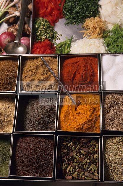 """Asie/Inde/Rajasthan/Udaipur: Hôtel """"Taj Lake Palace"""" sur le lac Pichola - Dans les cuisines détail de la panoplie d'épices du chef"""