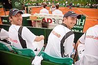 7-3-09,Argentina, Buenos Aires, Daviscup  Argentina-Netherlands,  Tijdens de dubbel Jesse Huta Galung en Rogier Wassen kijken de spelers Michel Koning(l) en Matwe Middelkoop geamuseerd naar de supporters