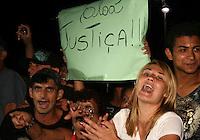 SANTO ANDRE,SP,16 FEVEREIRO 2012 - CASO ELOA - Publico reage durante saida do Linderberg apos jugalmemto  Fórum de Santo André, no Grande ABC, nesta quinta-feira (16). quarto dia de julgamento de Lindemberg Alves, de 25 anos, acusado da morte de sua filha, em outubro 2008. Lindemberg foi condenado nesta quinta-feira pela morte de Eloá. Os jurados reconheceram todos os crimes. O júri era formado por seis homens e uma mulher. A pena ainda não foi divulgada. Foto: MAURICIO CAMARGO - BRAZIL PHOTO PRESS. Foto: MAURICIO CAMARGO - BRAZIL PHOTO PRESS.