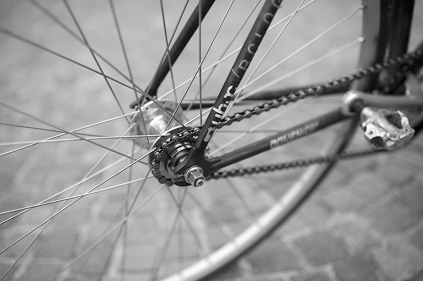 Gli Urban Bike Messenger sono corrieri in bicicletta, Perpaolo è il titolare di  UBM Bologna.  Consegnano piccoli plichi nel raggio di 15km molto velocemente usando la bicicletta.
