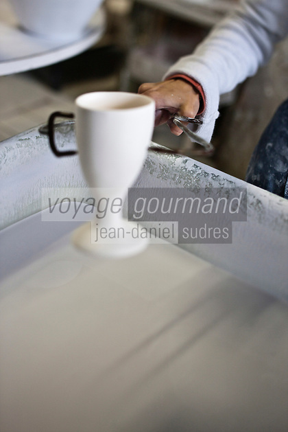 Europe/Europe/France/Midi-Pyrénées/46/Lot/ Puy-l'Évêque: Manufacture de Porcelaine Virebent: le trempage [Non destiné à un usage publicitaire - Not intended for an advertising use]