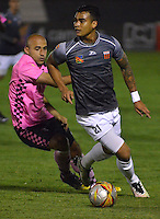 TUNJA -COLOMBIA-26-ABRIL-2016.Edwards Jimenez(Izq.) de Boyacá Chico disputa el balón con Jefferson Gomez (Der.) del  Envigado FC  durante partido por la fecha 15 de Liga Águila I 2016 jugado en el estadio La Independencia./ Edwards Jimenez (L) of Boyacá Chico fights for the ball with Jefferson Gomez(R) of  Envigado FC during the match for the date 15 of the Aguila League I 2016 played at La Independencia stadium in Tunja. Photo: VizzorImage / César Melgarejo  / Contribuidor
